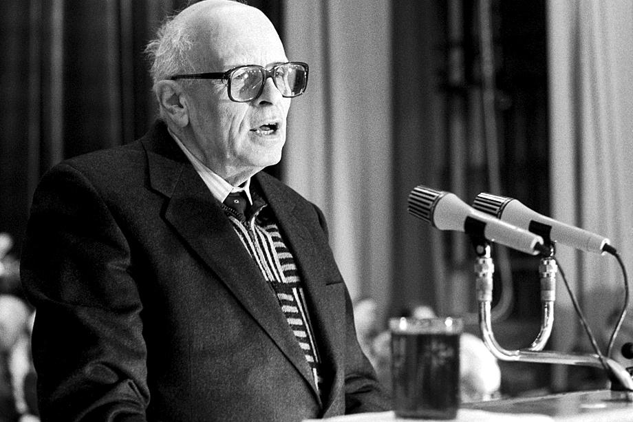 Пионером применения сверхвысоких частот в оружии был Андрей Сахаров.