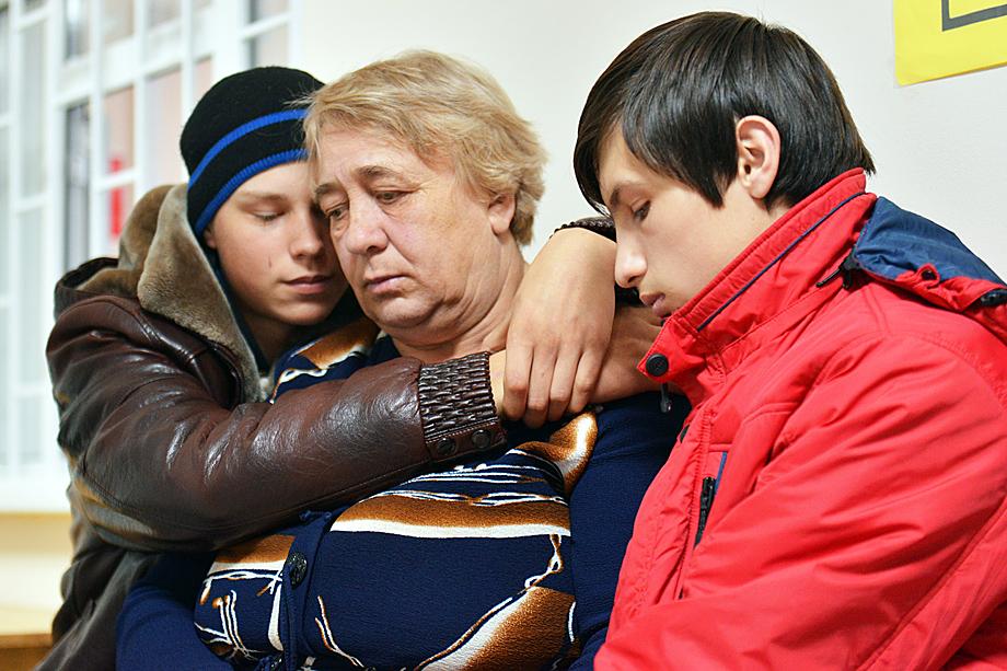 3 ноября 2017 года органы опеки забрали у женщины семерых приёмных детей после жалобы воспитательницы детского сада на длинные волосы одного из сыновей. Впоследствии постановление об изъятии детей было признано судом незаконным.