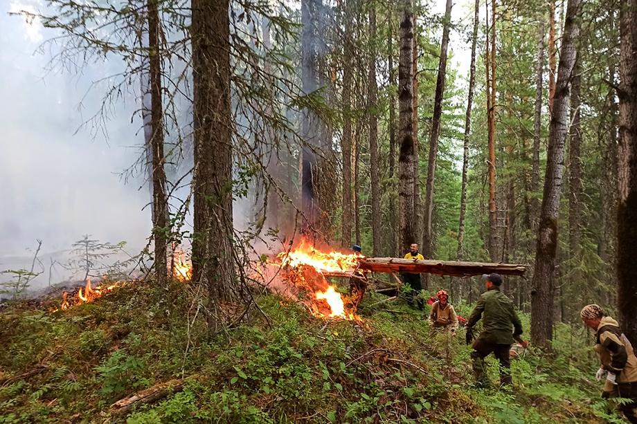 Группы тушат активные участки кромки пожара и продолжают создание минерализованной полосы по его контуру.