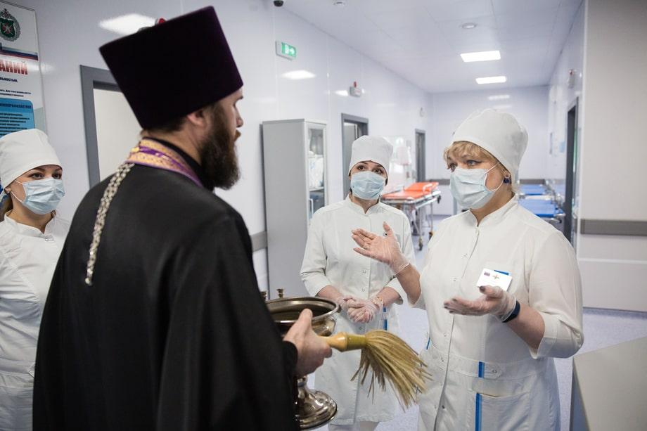 Нижний Новгород. Священник перед обрядом освящения МФЦ для лечения пациентов, заражённых COVID-2019.