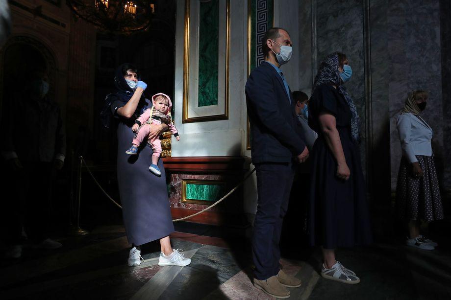 Санкт-Петербург. Возобновление богослужений для прихожан в Исаакиевском соборе после частичного снятия ограничений, связанных с пандемией коронавируса.