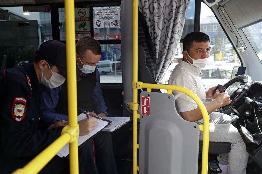 Новосибирск. Проверка соблюдения режима ношения перчаток и масок в общественном транспорте.