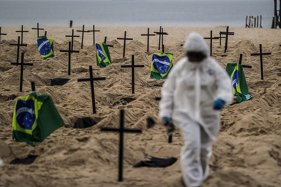Бразилия. Рио-де-Жанейро. Акция потеста от НПО «Рио-де-Паз». 110 символических могил на пляже Копакабана выкопаны с целью осудить ошибки правительства во время борьбы с пандемией коронавируса.