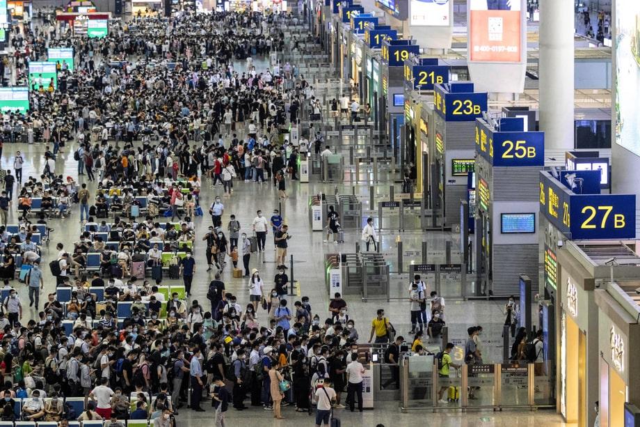 Китай. Железнодорожный вокзал в Шанхае в период пандемии коронавируса.