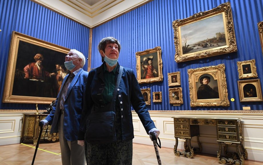 Великобритания. Лондон. Первые посетители художественного музея «Собрание Уоллеса» в день его открытия после трёх месяцев ограничений из-за пандемии COVID-19.