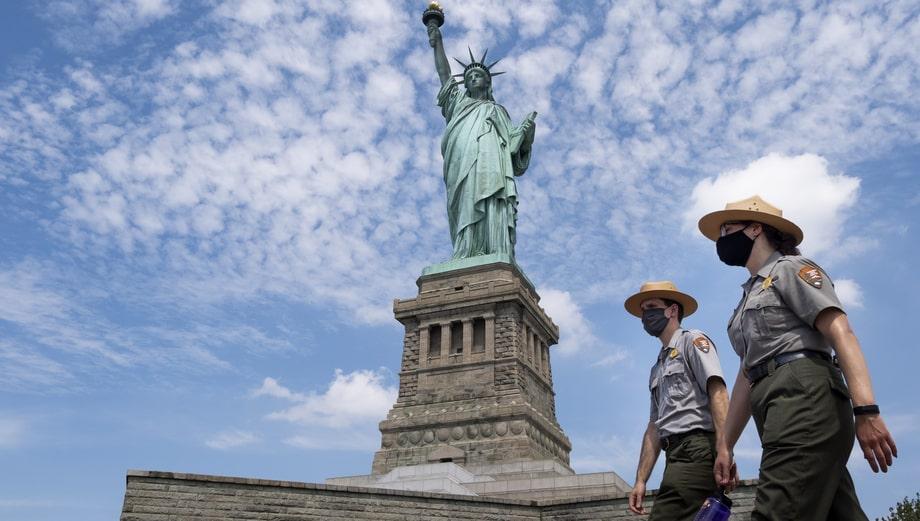 США. Нью Йорк. В день открытия Острова Свободы для посетителей в рамках четвёртой фазы снятия ограничений из-за COVID-19. Статуя Свободы остаётся закрытой.