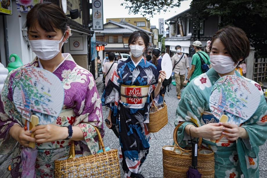 Япония. Киото. Женщины в кимоно возле храма Киёмидзу-дэра в день запуска программы поддержки внутреннего туризма GoTo Travel. В Токио в этот же день зарегистрирован рекорд заболеваемости.