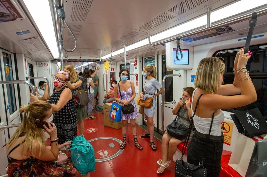 Италия. Милан. Вагон метро. Масочный режим в действии.