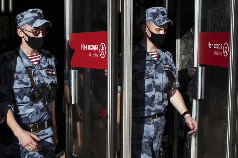 Москва. Росгвардейцы на выходе со станции метро. Несмотря на снятие большинства ограничений, в общественных местах необходимо носить маски.