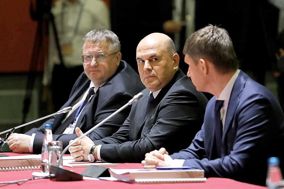 Мишустин (в центре) считает, что министр экономического развития Максим Решетников (справа) не справляется с возложенными на него обязанностями.