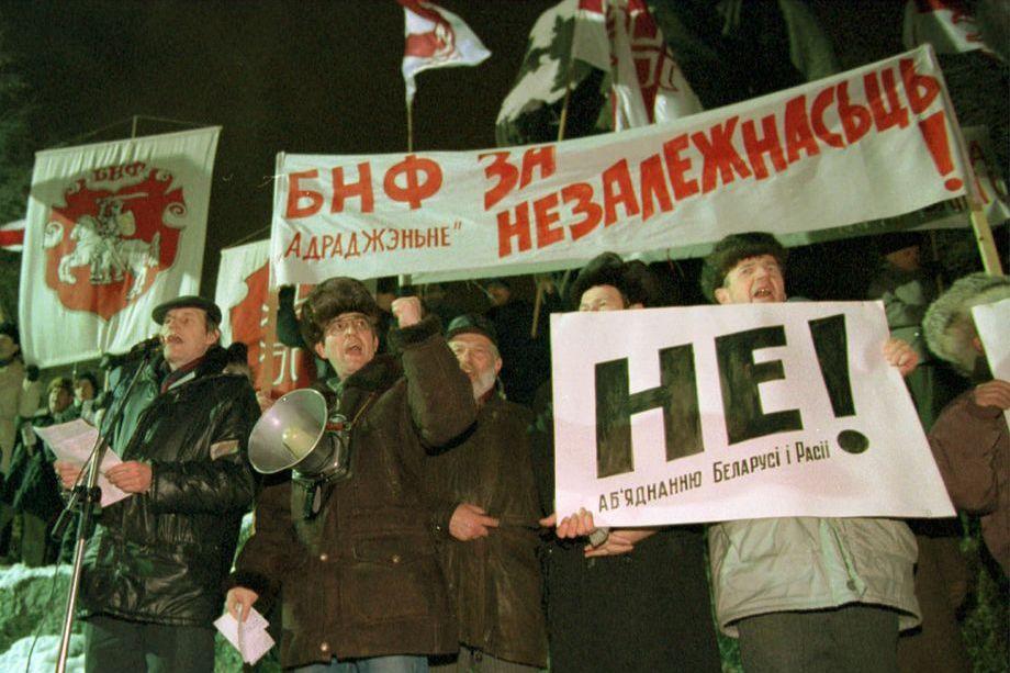 «Европейский» уклон в Белоруссии начал формироваться ещё в 1988 году под эгидой БНФ, основой идеологии которого было возрождение родного языка, национальной культуры и неприятие всего русского.
