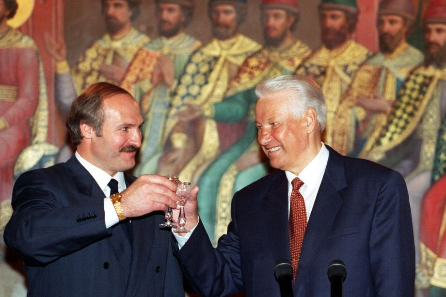Лихие 90-е: Белоруссия гордится своим молодым и бодрым президентом, а Россия тяготится Ельциным, олигархами, криминалом и войной в Чечне.