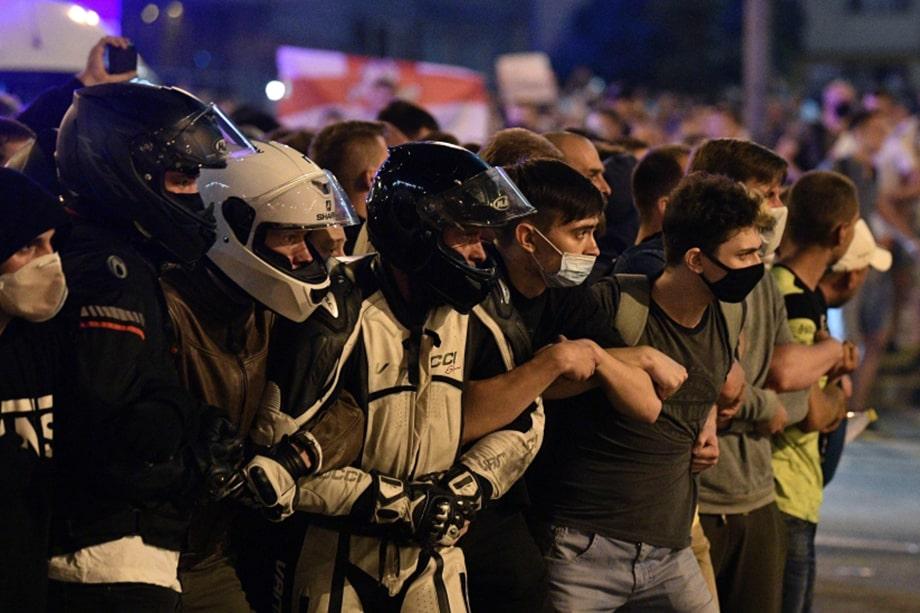 В центре Минска начались столкновения протестующих с силовиками.