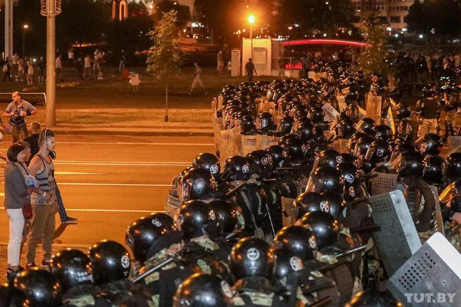 Протестующие призывают ОМОН «перейти на сторону народа».