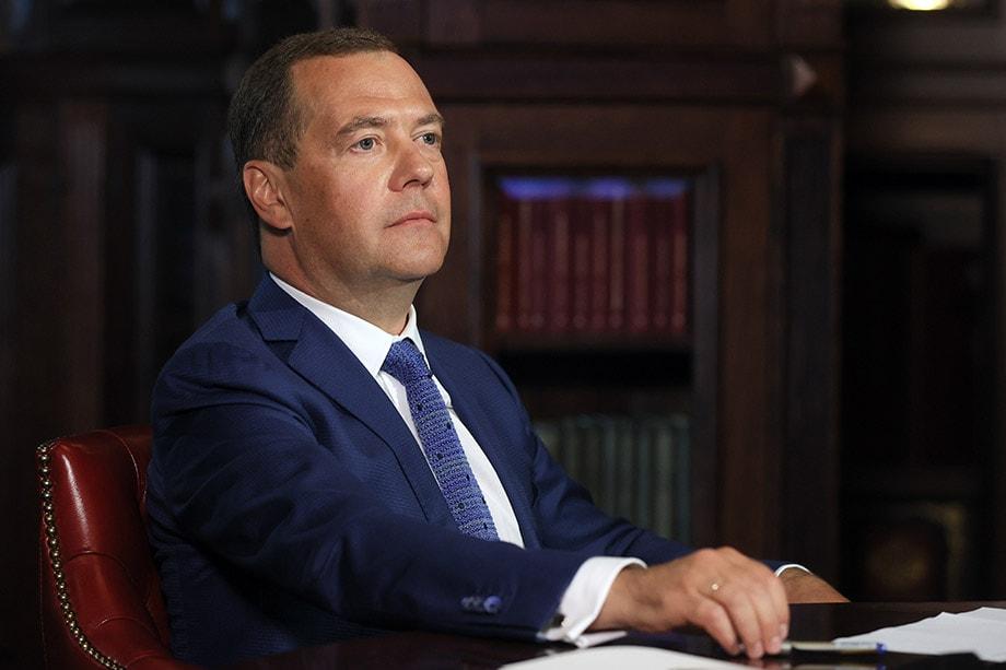 По одному из вероятных сценариев нити выработки политических стратегий во внутренней и внешней политике будет держать в руках Совбез, а проводником этой стратегии в Госсовете станет Дмитрий Медведев.