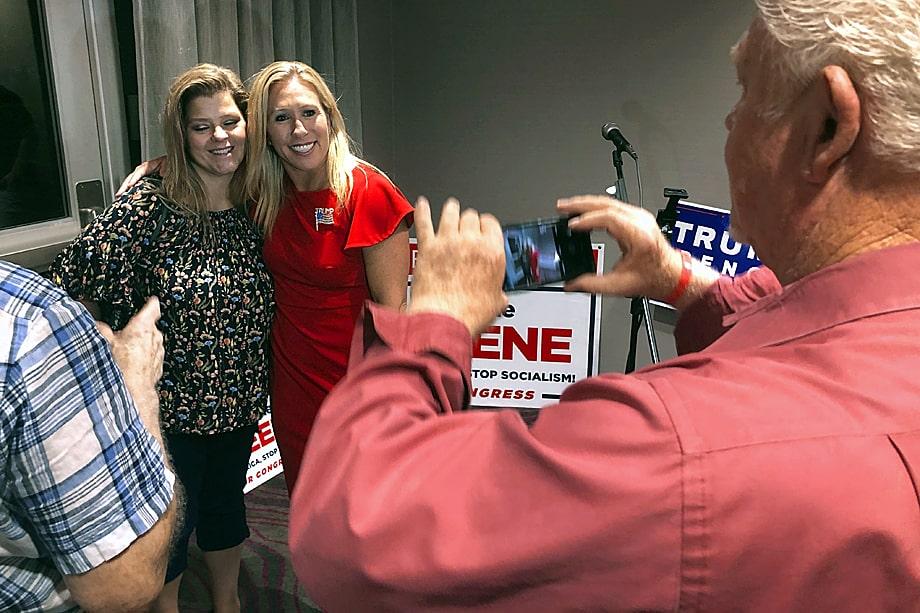 Марджори Тейлор Грин (на заднем плане справа) фотографируется с одной из своих сторонниц. 11 августа 2020 года. Штат Джорджия. США.