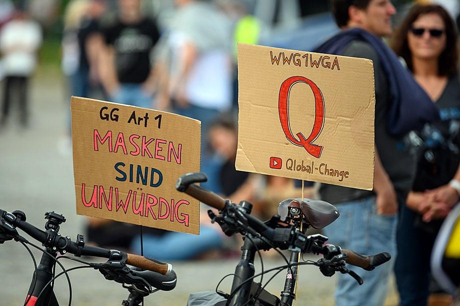 Протест против ограничений, введённых правительством из-за пандемии COVID-19 и ущемляющих права людей. И здесь то тут, то там мелькают знакомые буквы: Q и WWG1WGA. 9 мая 2020 года. Штутгарт. Германия.