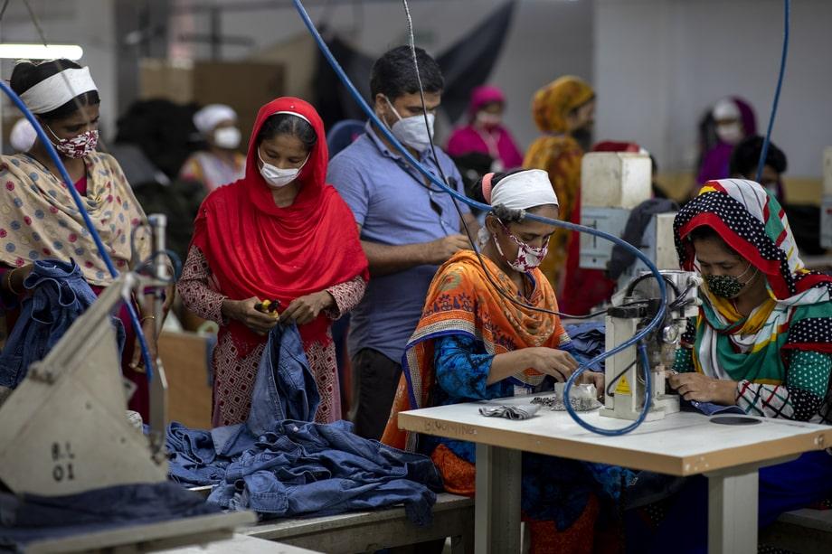25 июля 2020 года. Бангладеш, Дакка. В Бангладеш – второй в мире стране по производству текстиля после Китая – тысячи работников текстильных фабрик потеряли работу, когда сделки с международными сетями модной одежды были отменены из-за коронавируса.
