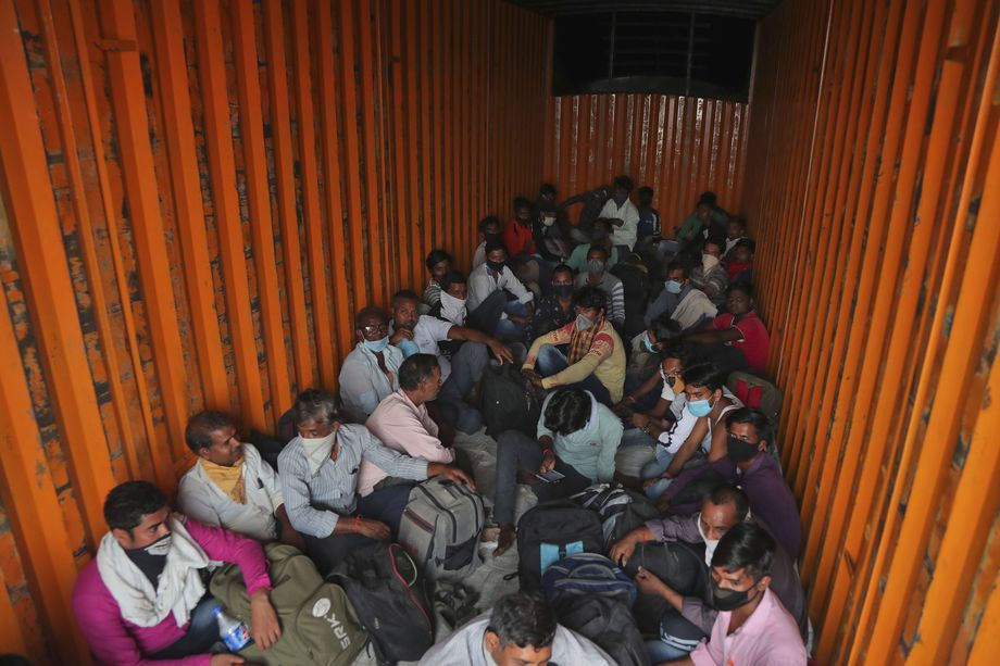 12 мая 2020 года. Индия. Хайдарабад. Рабочие-мигранты из штата Уттар-Прадеш в кузове грузовика возвращаются в свои деревни. Работы для них нет.