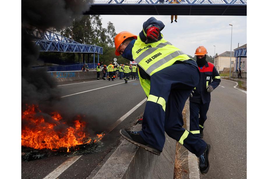 2 июня 2020 года. Испания. Сан-Сибрао. Рабочие Alcoa протестуют против массовых увольнений. 28 мая руководство компании объявило об увольнении 534 рабочих из 610.