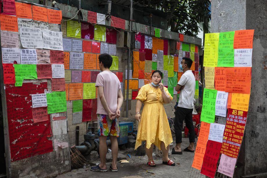 8 мая 2020 года. Китай. Гуанчжоу. Доска объявлений о вакансиях в деревне Маленькая Хубэй. По данным Национального бюро статистики безработица выросла до исторического максимума.