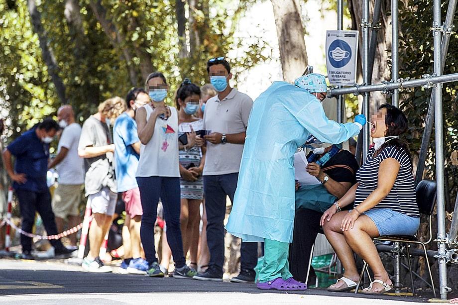 В Италии всем прибывающим из-за границы делают тест на коронавирус, по результатам которого принимается решение об изоляции.