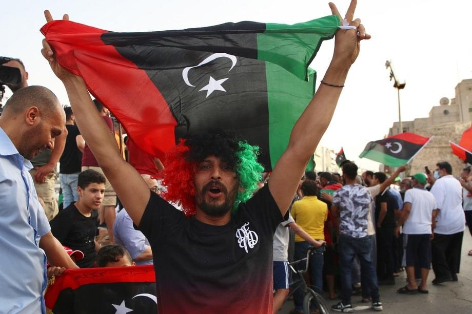 Через отработанный разрушающий механизм цветной революции прошла и Ливия.