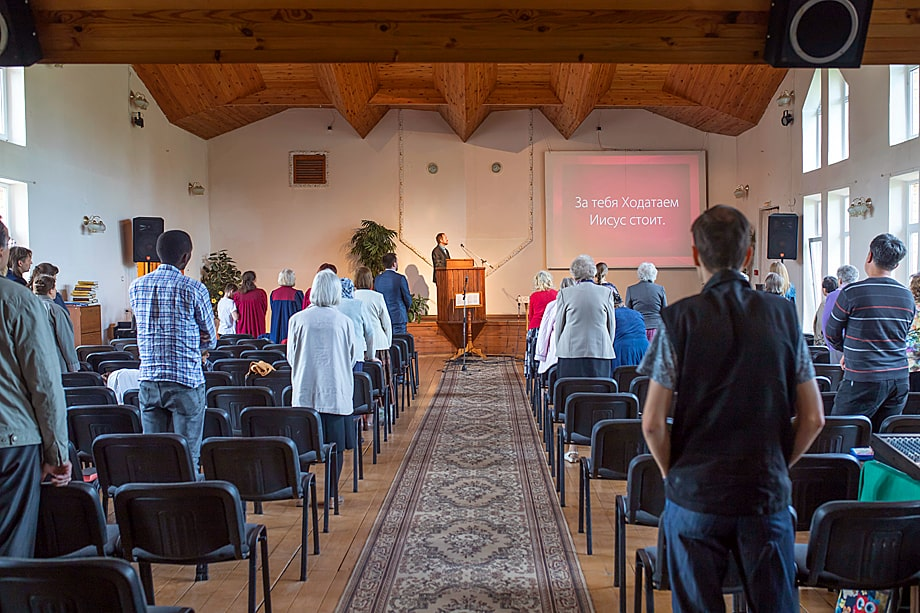 Молитва в Церкви адвентистов седьмого дня во Владимирской области.