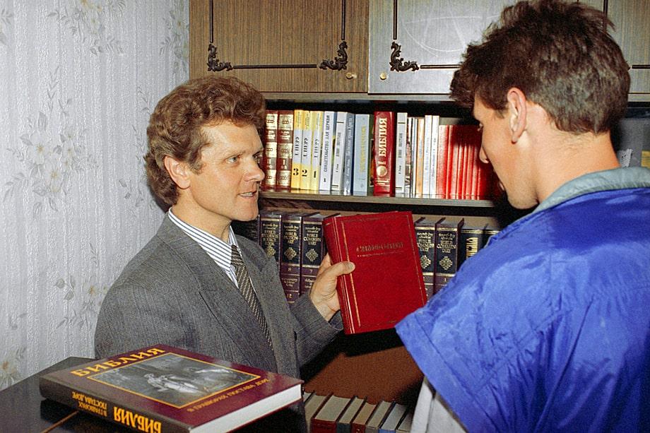 Пастор Владимирской общины Церкви адвентистов седьмого дня Николай Вендин (слева) демонстрирует специальную литературу для прихожан. Россия, Владимир. 1 июня 1997 года.