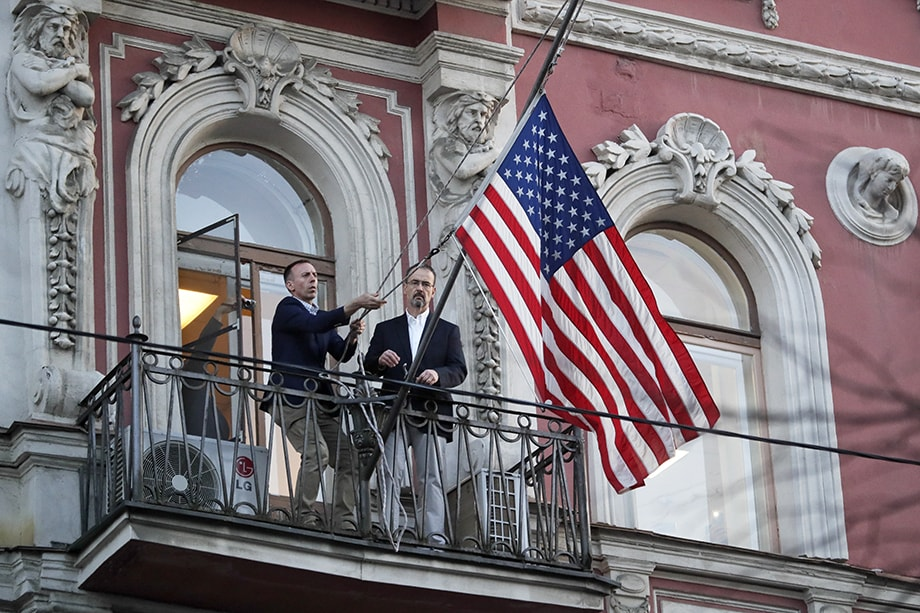 В 2017 году Россия объявила о сокращении представителей дипкорпуса США на своей территории с 1200 до 455 сотрудников.