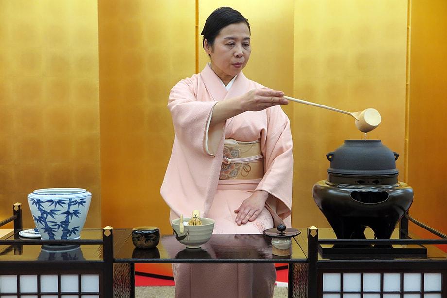 Япония анонсировала ваучеры, которые позволят туристам бесплатно обедать или ужинать в ресторанах и кафе, подключённых к программе. Сейчас система обкатывается на самих японцах.
