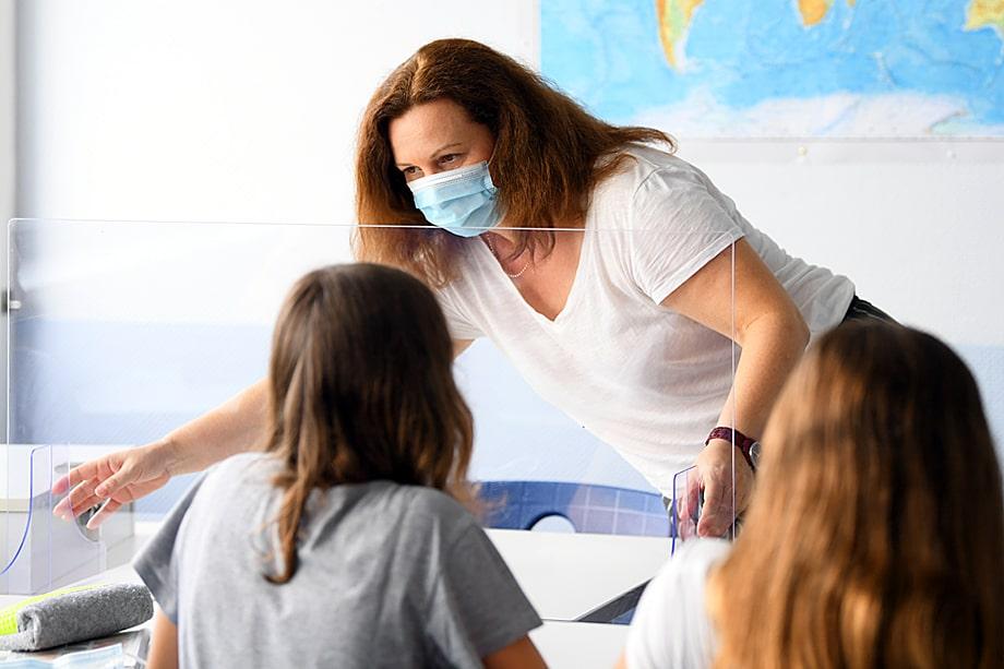 Учителям необходимо носить защитные маски или экраны в течение всего учебного дня.