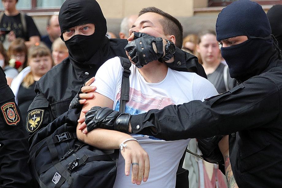 В первые дни беспорядков и митингов в Белоруссии правоохранительные органы не раз применяли силу и превышали свои полномочия.