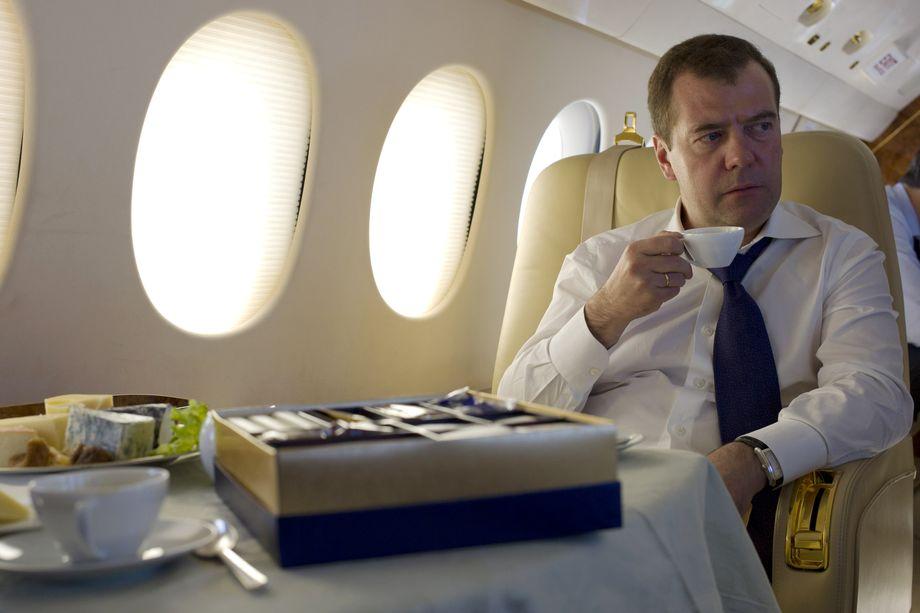 Дмитрий Медведев напомнил, что в статье 67 Конституции РФ говорится о недопустимости действий, направленных на отчуждение территорий России.