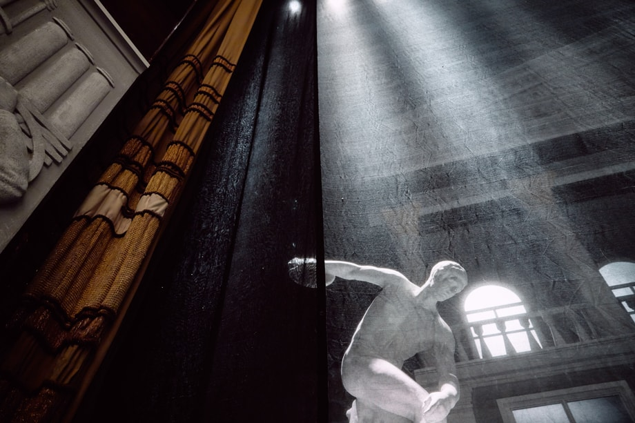 Скульптура на главной сцене.