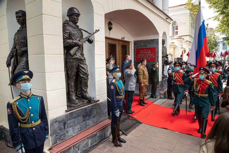 Монумент планировалось открыть ко дню ВДВ, но из-за пандемии церемонию перенесли.