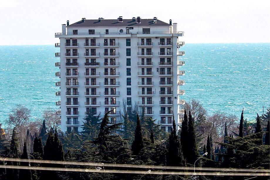 Виды Алушты «украшают» уродливые остовы недостроев – памятники украинской коррупции.
