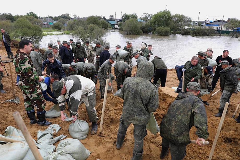 На месте происшествия работают сотрудники МЧС и силы минобороны РФ. Силовые ведомства предоставили технику и людей для борьбы со стихией.