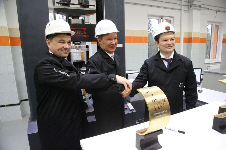 Губернатор Московской области Андрей Воробьёв, глава «Газпрома» Алексей Миллер и директор Загорского трубного завода Денис Сафин (слева направо) на запуске производства первой трубы для газового холдинга.