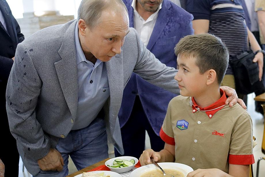 Согласно поручению Владимира Путина, бесплатное питание для учеников 1–4-го классов должно быть не только горячим, но и здоровым и полноценным.