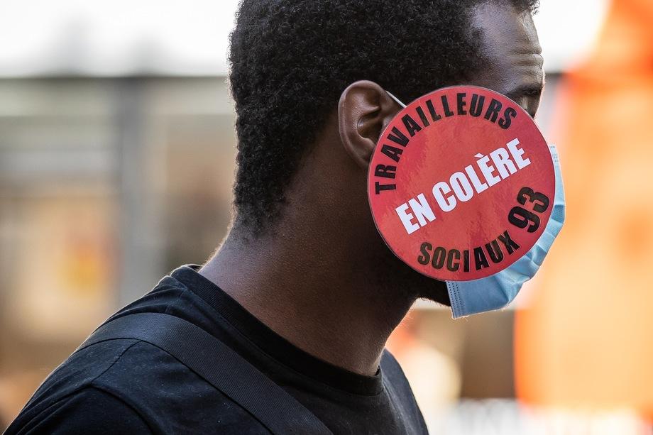 Французы протестуют против сокращений и самоизоляции.