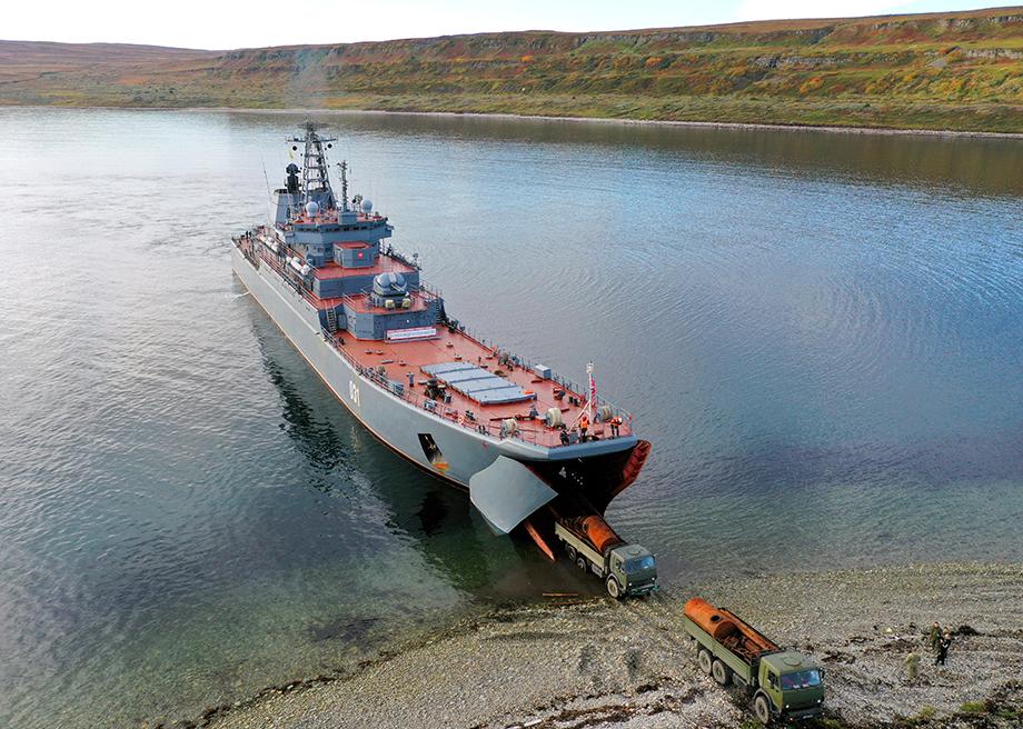 Экипаж большого десантного корабля (БДК) «Александр Отраковский» вывез 70 тонн металлолома с острова Кильдин.