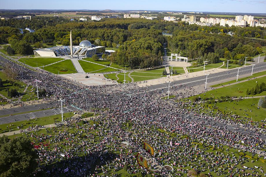 В Минске в районе стелы «Минск – город-герой» на проспекте Победителей собрались несколько тысяч протестующих.