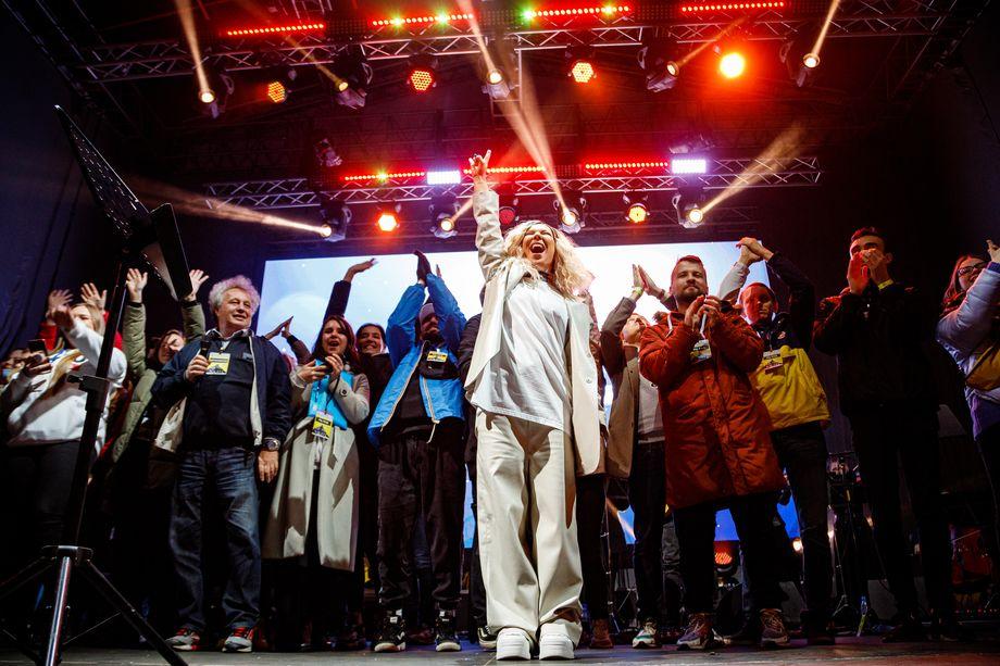 Традиционная финальная песня «Луч солнца золотого» в исполнении Ёлки, команды организаторов фестиваля и всех зрителей.