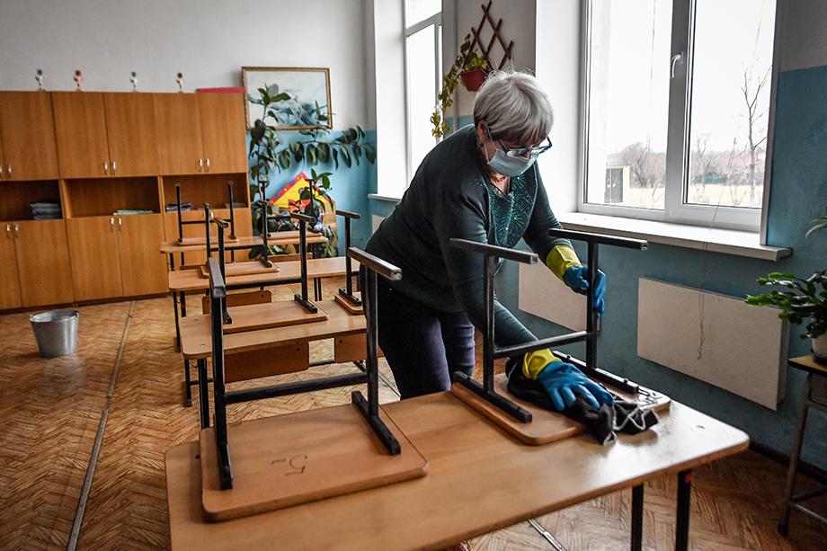 Согласно правилам Роспотребнадзора, в случае выявления у ученика коронавирусной инфекции на 14-дневный карантин переводится весь класс.