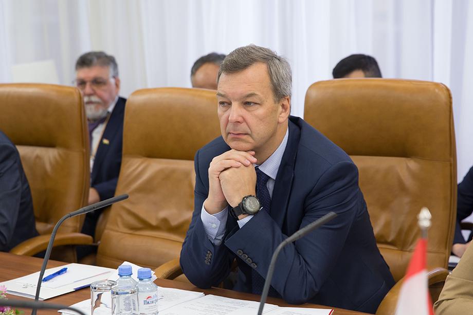 Первыми вице-спикером Совета Федерации был избран сенатор от Ростовской области Андрей Яцкин.