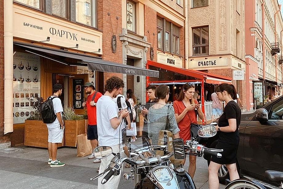 Жителей улицы, безусловно, тоже можно понять: в день здесь проходят тысячи людей, посетители баров и ресторанов курят на улице под их окнами, парковки заняты до закрытия заведений.