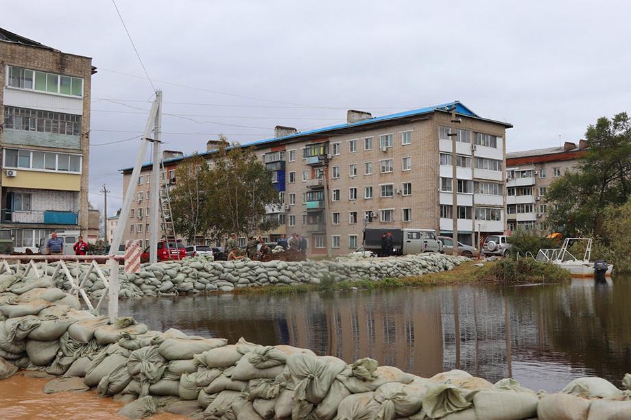 После обращений губернаторов Еврейской автономной области и Хабаровского края МЧС России введёт федеральный уровень реагирования на территории регионов в связи с паводками.