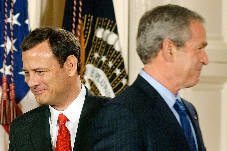 Главный судья Джон Дж. Робертс-младший (слева), назначенный ещё Джорджем Бушем-младшим, несколько раз выступал на стороне либералов.