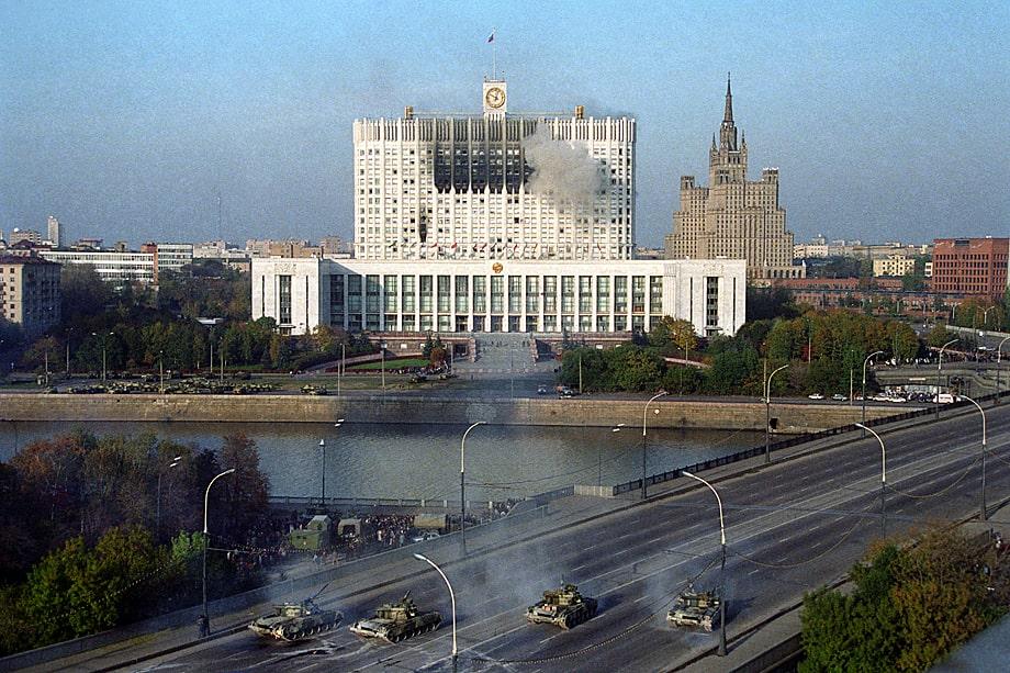 Танки Таманской дивизии стреляют по Дому советов России. 4 октября 1993 года.